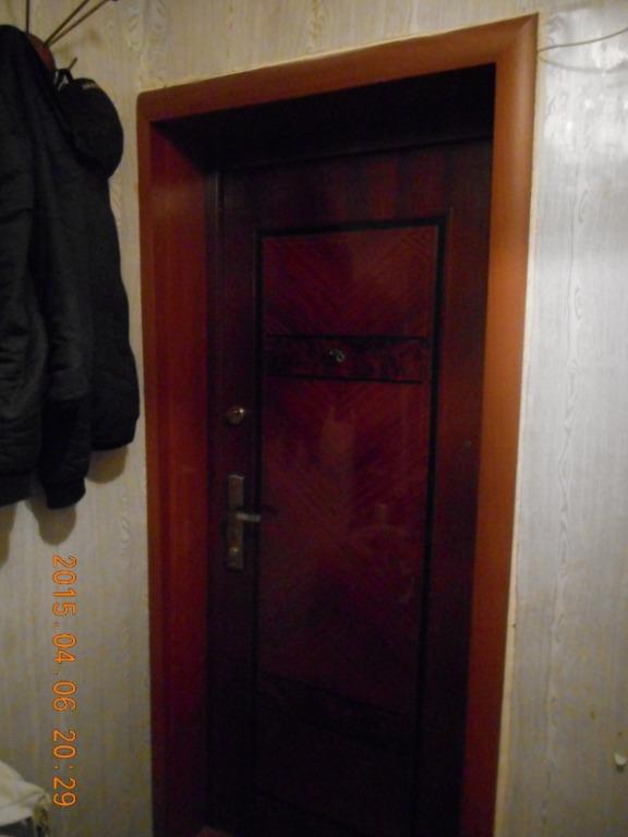 надежная металлическая дверь с окном в подъезд